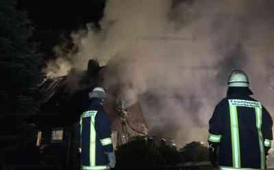 Mann stirbt bei Dachstuhlbrand in Einfamilienhaus: Ehepaar hatte sich eigentlich schon ins Freie gerettet, Mann war dann aber ins Haus zurückgekehrt - Feuerwehr mit über 100 Einsatzkräften vor Ort - Retter finden bei Nachlöscharbeiten Leiche des Mannes