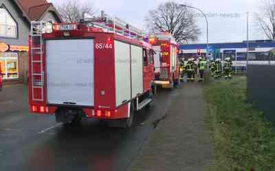 Freilaufendes Pferd wird auf Bahnübergang von Zug erfasst: Bahnstrecke Hamburg-Westerland voll gesperrt: Zug konnte bis in Bahnhof weiterfahren - Feuerwehr muss Fahrgäste evakuieren - Regionalzug nicht mehr fahrbereit
