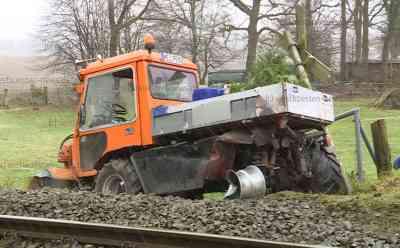 Räumfahrzeug wird auf Bahnübergang von Regionalzug erfasst: Bahnstrecke gesperrt: Sowohl LKW-Fahrer als auch Fahrgäste und Triebfahrzeugführer bleiben unverletzt - Räumfahrzeug wird in Böschung geschleudert