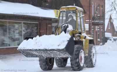 Extremer Schneefall durch Lake-Effekt: Orte versinken im Schnee - Weiße Pracht wird mit Radladern abgefahren - Lastwagen stecken fest: Vier O-Töne mit Anwohnern und Betroffenen - Rund 30 Zentimeter Schneefall seit der Nacht - Weitere Schneefälle am Abend und in der Nacht erwartet