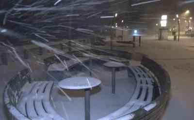 Weiterhin extreme Schneefälle durch Lake-Effekt: Bundesstraße nach Unfall voll gesperrt, Regelrecher Schneesturm an der Küste: Dichte Flocken auch am Abend durch Wetterphänomen - Aktuelle Nachtbilder