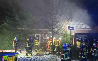 Tragisches Feuer: Frau stirbt trotz schneller Rettung nach Brand in eigenem Wohnhaus: Feuer war möglicherweise im Wintergarten ausgebrochen - Einsatzkräfte finden Frau im brennenden Haus - Erdgeschoss des Hauses brennt völlig aus