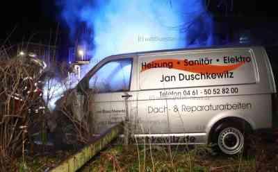 Nur wenige Stunden nach Räumung des Bahnhofswaldes: Firmenwagen von Hotelinvestor geht in Flammen auf: VW Transporter brennt völlig aus - Fahrzeug stand unweit eines Firmensitzes der Investoren - Brandursache unklar, gewaltbereite Unterstützer hatten vor Wochen aber Brandlegungen angekündigt