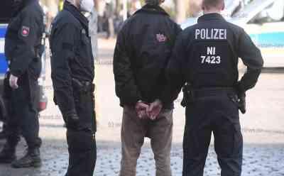 Bahnhofswald-Aktivist seilt sich von Bahnbrücke ab und hängt in zwei Metern Höhe über Fahrbahn - Festnahmen am Bahnhofswald: Polizei: