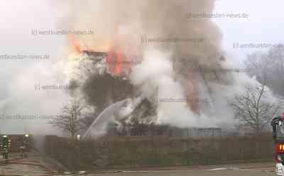 Historisches Reetdachhaus von SIG-Sauer-Chef in Flammen: Mehrere hundert Jahre altes Fachwerk-Bauernhaus brennt nieder: Anwesen soll Inahber der Waffenfabrik