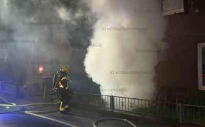 Dramatischer Wohnungsbrand: Feuerwehr rettet Bewohner leblos aus brennender Wohnung - Rettungshubschrauber im Einsatz: Feuer war vermutlich in Wohnung des Mannes ausgebrochen - Weitere Hausbewohner können sich selbst ins Freie retten - Unklar, warum der Mann selbst nicht mehr den Weg nach draußen fand