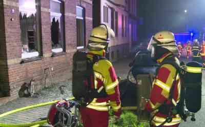 Gefährlicher Wohnungsbrand: Feuerwehr rettet Frau mit schweren Verletzungen aus brennender Wohnung: Feuer war in Erdgeschosswohnung ausgebrochen - Retter entdecken Frau im Schlafzimmer der Wohnung - Polizei kann Brandstiftung nicht ausschließen