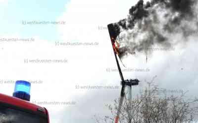 Ein Feuer, dass man nicht löschen kann: Windkraftanlage auf Feld brennt lichterloh: Brennende Teile stürzen zu Boden - Feuerwehr kann aufgrund der großen Höhe nur zuschauen - Keine Verletzten