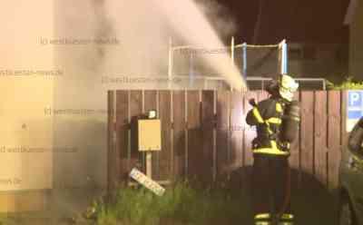 Fünf Brände in 45 Minuten: Brandstifter treibt offenbar Unwesen in Itzehoe: Feuerwehr muss von einem Einsatz zum nächsten fahren - Mülltonnen und Auto brennen - Polizei ermittelt