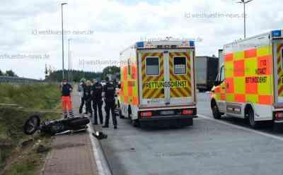 A7: Motorradfahrerin kommt von der Fahrbahn ab und  prallt an Parkplatzzufahrt gegen Stein: Frau aus Dänemark war in Gruppe mit sieben weiteren Motorradfahrern unterwegs - Notarzt kann nur noch Tod der Frau feststellen - Ehemann fuhr hinter seiner Frau und erleidet schweren Schock