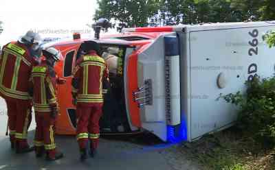 Schwerer Unfall auf Einsatzfahrt: Rettungswagen stürzt nach Kollision mit Auto um - Beide Notfallsanitäter und Autofahrer verletzt: