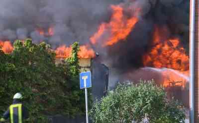 Feuer zündet durch und greift über: Brennendes Wohnhaus setzt großes, benachbartes Stall- und Wohngebäude in Flammen - Bewohner schwer verletzt: Feuer war zunächst in Wohnhaus ausgebrochen - Wind und Hitze lassen Flammen überspringen - Zwei Gebäude lichterloh in Flammen - Verletzter wird mit Hubschrauber in Spezialklinik geflogen