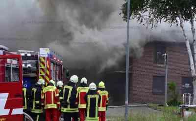 Über 1500 Quadratmeter großes Firmengebäude in Brand geraten: Feuerwehr muss Nachbarhaus schützen: Brand war vermutlich im Dach ausgebrochen - Gebäude von ehemaligem Elektrohandel brennt aus - Dichter Rauch über gesamtem Ort
