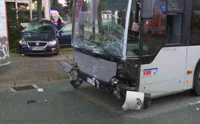 Sieben Verletzte nach schweren Busunfall: Passat-Fahrer nimmt Bus die Vorfahrt : Passat wird gegen Baum geschleudert - Großaufgebot an Rettungskräften - Polizistin kümmert sich um verängstigten Chihuahua - Große Schäden an Bus und PKW