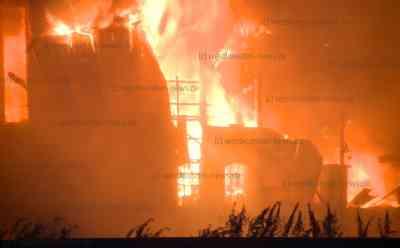 Großbrand in Herzhorn: Feuer zerstört zwei Maschinenhallen: 120 Einsatzkräfte vor Ort - Besitzer hörte lautes Knallen - Feuerwehr muss angrenzendes Haus schützen - Bagger reißt Wände ein