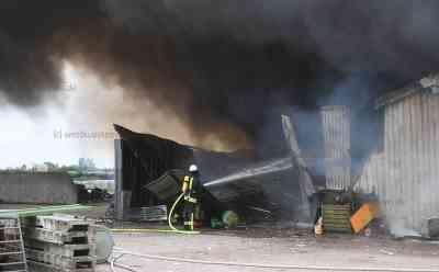 Großfeuer zerstört Lagerhalle mit Erntevorräten: Starke Rauchentwicklung - Bevölkerung muss Fenster und Türen geschlossen halten -  Feuerwehr mit 100 Kräften im Einsatz