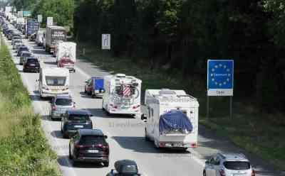 Trotz Einstufung als Risikogebiet: Reisewelle nach Dänemark rollt: Mehrere Kilometer Stau vor Grenzübergang - Urlauber lassen sich von Reisewarnung offenbar kaum beeindrucken - Urlauber brauchten wegen Grenzkontrollen Geduld