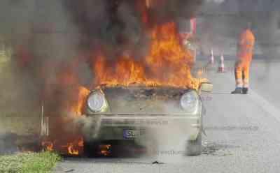 Historischer Porsche gerät während der Fahrt in Brand - 40 Jahre altes Fahrzeug brennt völlig aus: Fahrzeug brennt bei Eintreffen der Feuerwehr schon lichterloh - Autobahn zeitweise voll gesperrt - Fahrer hatte Brand während der Fahrt bemerkt und auf Stanstreifen gestoppt