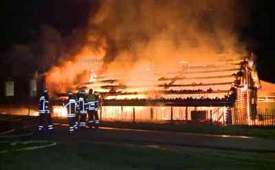 Einsatz bei eigenem Feuerwehrkameraden: Großfeuer zerstört Lagerhalle - Brand greift auch auf Wohnhaus über, das ebenfalls niederbrennt: Einsatzleiter: