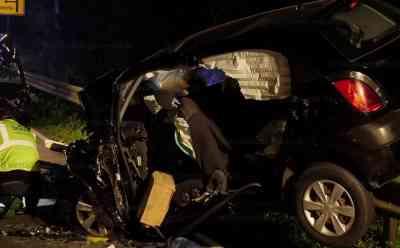 Auto nach Frontalzusammenstoß auf Leitplanke katapultiert: Beifahrerin stirbt noch an Unfallstelle: Autos waren in Kurve zusammengestoßen - Feuerwehr muss zwei eingeklemmte Insassen befreien - Landstraße vier Stunden voll gesperrt