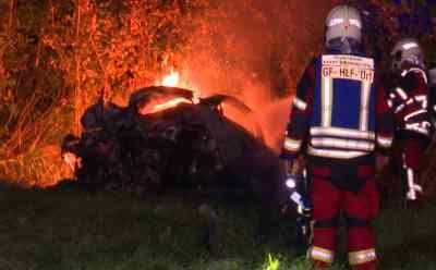 Horror-Unfall mit drei Toten auf der B5: Auto mit fünf Jugendlichen schießt über Kreisverkehr, prallt gegen Baum und geht in Flammen auf: Nacht- und Tag- sowie Drohnenbilder - Zwei Insassen können schwerverletzt gerettet werden - drei junge Menschen verbrennen eingeklemmt im Auto - Bundesstraße 5 voll gesperrt