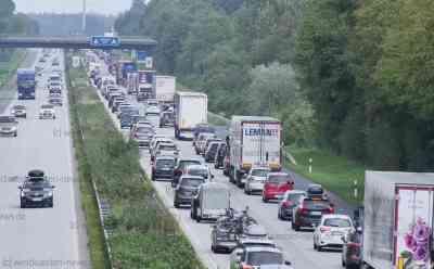 Ferienbeginn in Nordländern sorgt für lange Staus auf Autobahnen - Rund 7 Kilometer Rückstau vor dänischer Grenze: Stau auch auf vielen anderen Autobahnen im Norden - Autofahrer auf dem Weg in die Ferien brauchen starke Nerven - Nach wie vor Kontrollen an der Grenze zu Dänemark